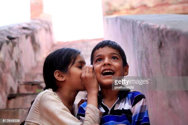 vrolijke kinderen portret buiten - goed nieuws stockfoto's en -beelden