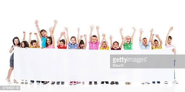 Alegre crianças com os braços levantados banner de exploração comercial