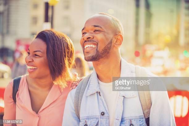 pares alegres que apreciam suas férias em londres - i love you frase em inglês - fotografias e filmes do acervo