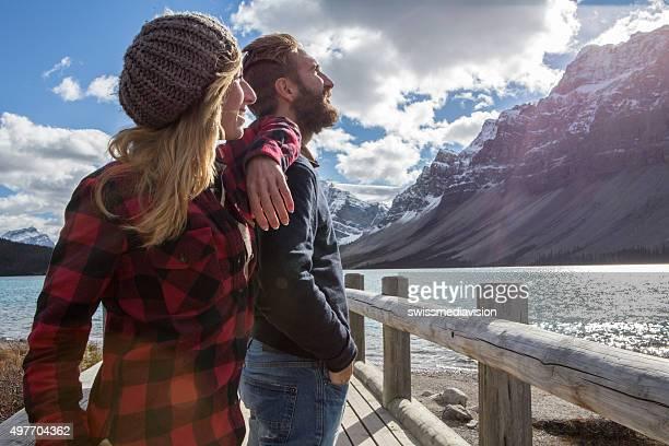 """Joyeux couple sur """"se connecter"""" en admirant le paysage pont"""