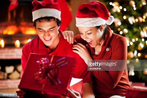 Joyeux couple ouverture Noël présente.