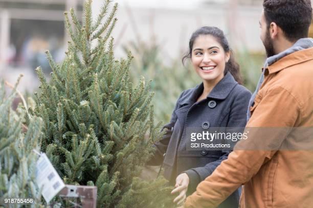 Fröhliches paar Shop für den perfekten Weihnachtsbaum