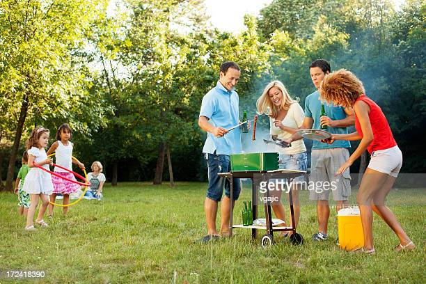 Alegres famílias Churrasco ao ar livre.