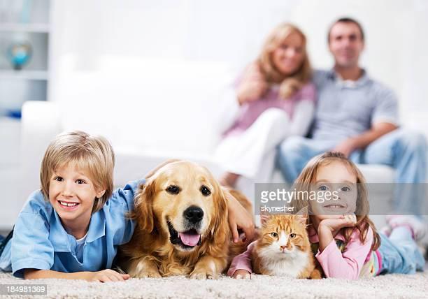 Joyeuse famille et leurs animaux domestiques à la maison.