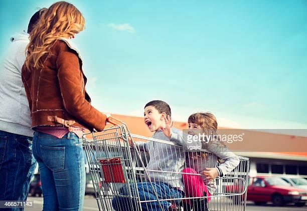 Fröhliche Familie zum Supermarkt.
