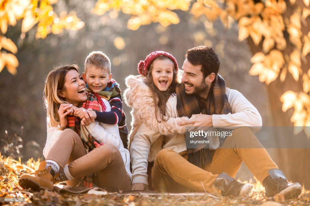 Fröhliche Familie Spaß im Herbst Tag im Wald. : Stock-Foto