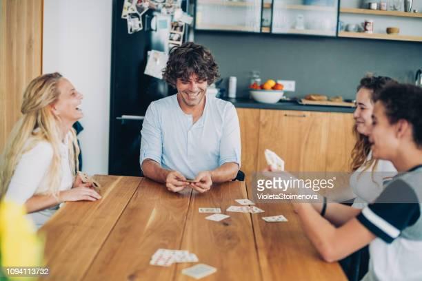 fröhliche familie spielkarten - leisure games stock-fotos und bilder