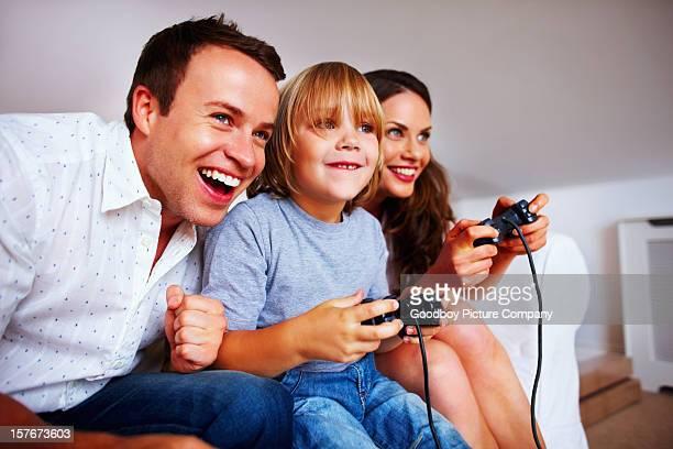 Familia Alegre jugando videojuegos en su casa