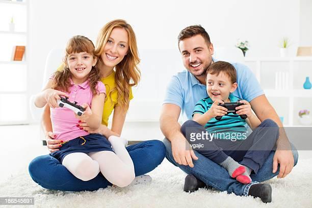 Familia Alegre jugando juegos de Video en casa.