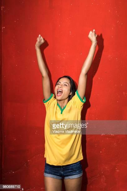 gritos de fangirl alegre y celebrando la victoria - hacer un gol fotografías e imágenes de stock