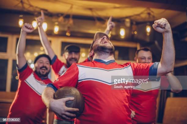 fröhlich-fans feiern - sports round stock-fotos und bilder