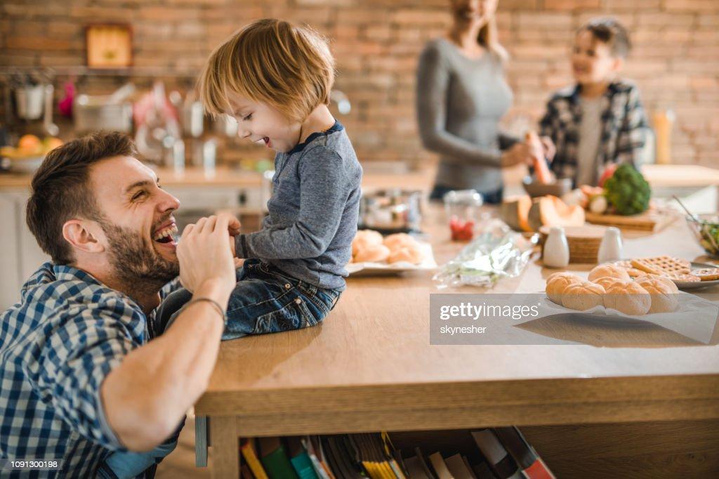 Fröhliche Vater Spaß mit seinem kleinen Sohn in der Küche. : Stock-Foto