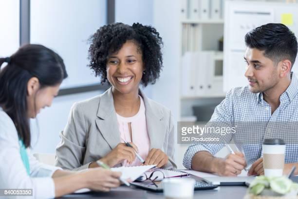 Fröhliche weiblichen CEO führt treffen