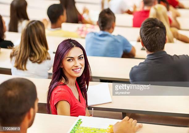 Alegre estudante feminino-se a câmara.