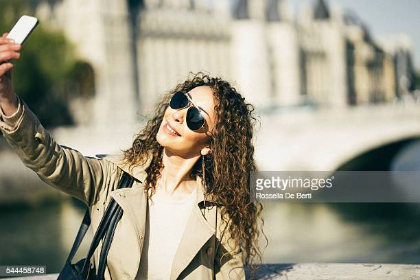 Français joyeuse femme prenant un selfie à Paris
