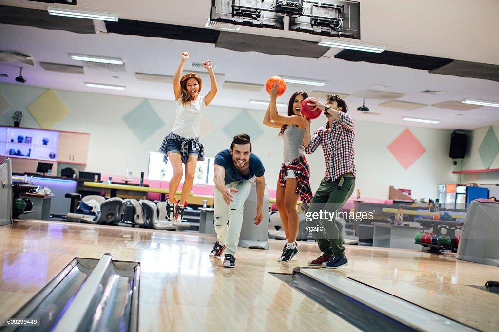 Fröhlich Freunde Bowling zusammen : Stock-Foto