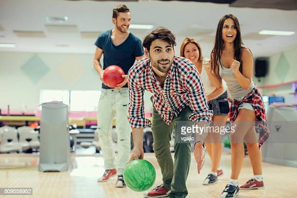ご友人とご一緒に楽しいボーリング - ボーリング場 ストックフォトと画像