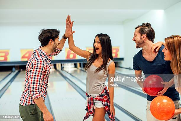 陽気な友達と一緒にボーリングに。
