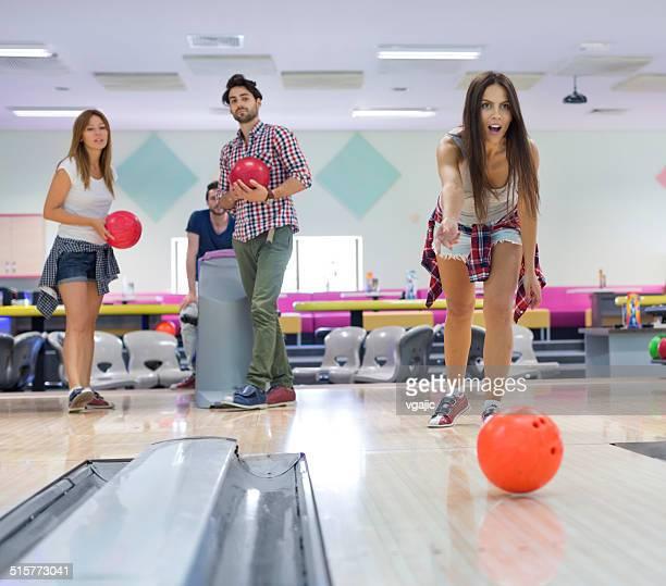 Fröhliche Freunde gemeinsam Bowling.