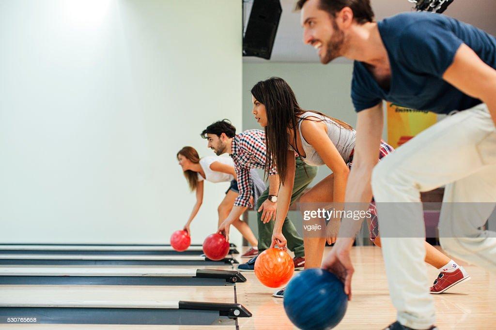 Fröhliche Freunde gemeinsam Bowling. : Stock-Foto