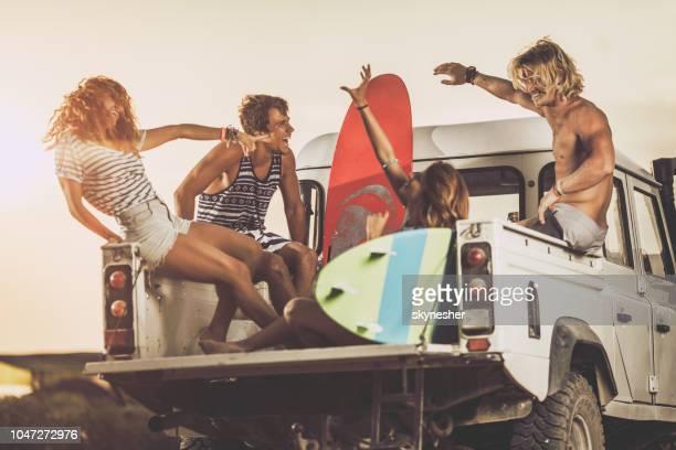 amigos alegres por ir surfeando por camioneta pick-up. - deporte acuático fotografías e imágenes de stock