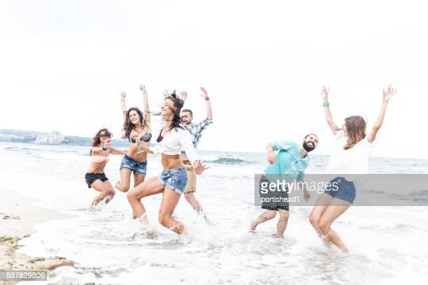 Fröhlich Freunde Spaß haben im Meer