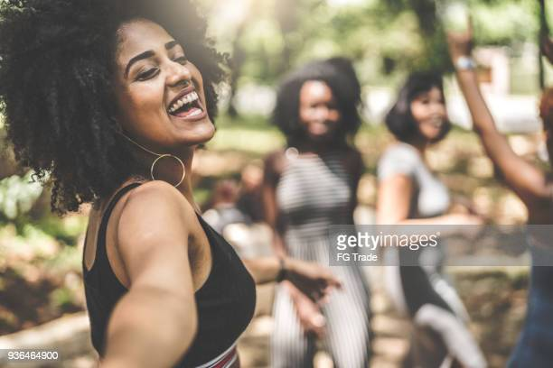 joyeux amis prenant des autophotos - danse latine photos et images de collection