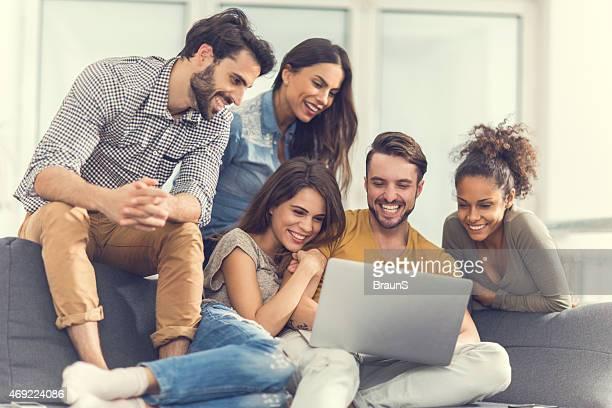 Allegro amici utilizzando il computer a casa.