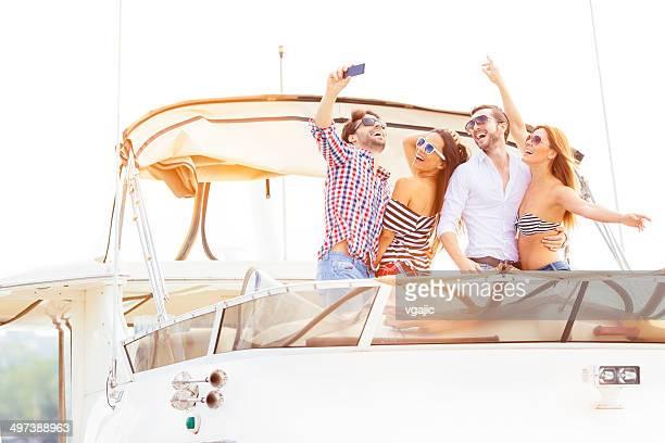 Joyeux amis navigation de plaisance ensemble.