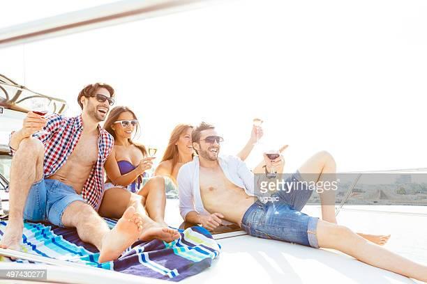 Fröhlich Freunde Yachting zusammen.