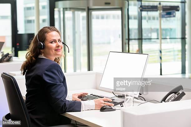 Fröhlich Rezeption lady, die Ihre Arbeit mit Leidenschaft