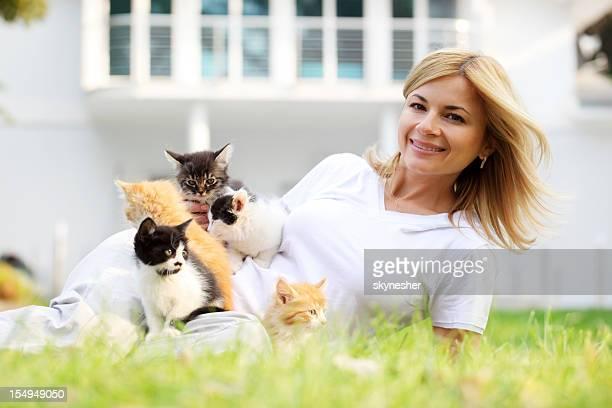 allegra ragazza e piccoli gattini all'aperto. - grande gruppo di animali foto e immagini stock