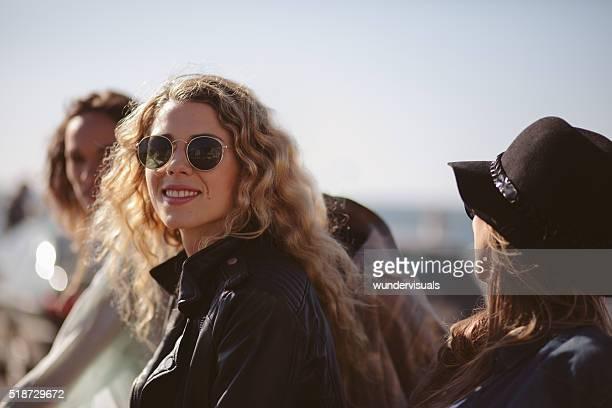 Fröhliche Mädchen genießen Ihre Freunde im Freien