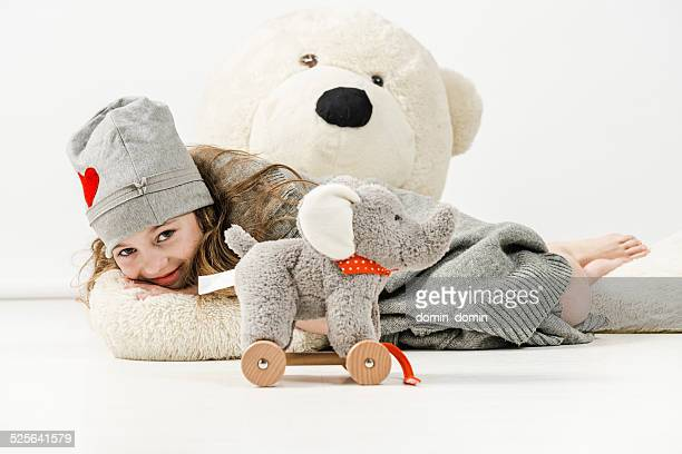 Joyeuse fille est allongée sur d'énormes ours en peluche et épouse