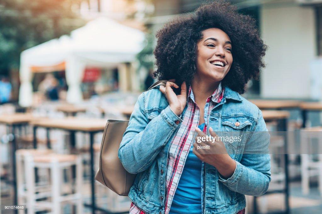 Alegre menina andando ao ar livre : Foto de stock