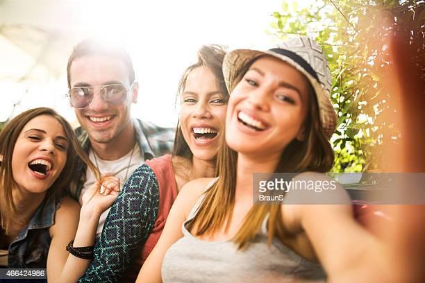 Joyeux groupe d'amis prenant un selfie.