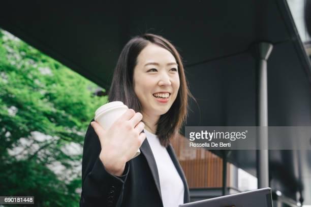 Vrolijke Japanse zakenvrouw met tablet