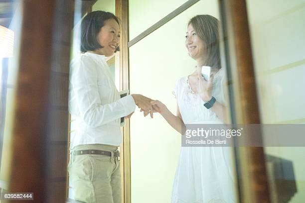 Joyeux femmes d'affaires japonais se serrant les mains