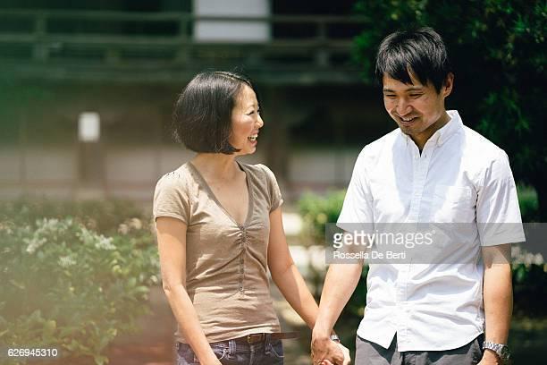 Joyeux couple japonais au temple, vue de devant