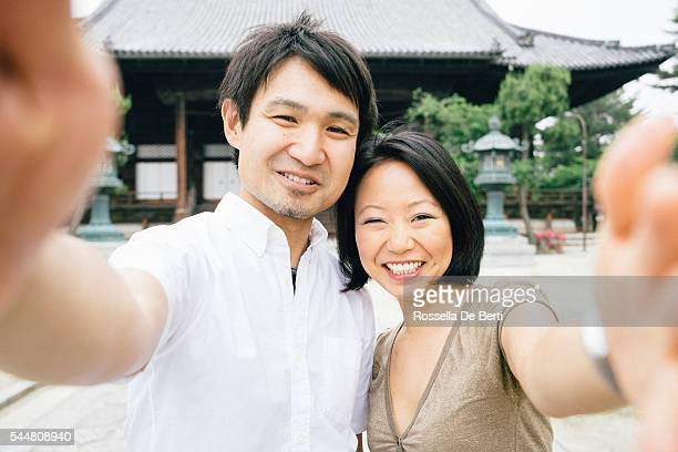 朗らか日本人夫婦セルフィを撮っている寺