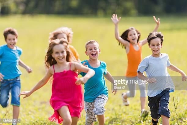 Joyeux enfants s'amuser pendant que vous courez dans le parc.