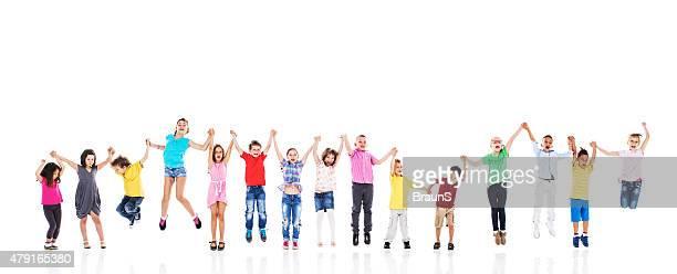 ALLEGRO bambini con le mani e saltare insieme. Isolato su bianco.