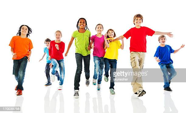 Fröhliche Kinder laufen.
