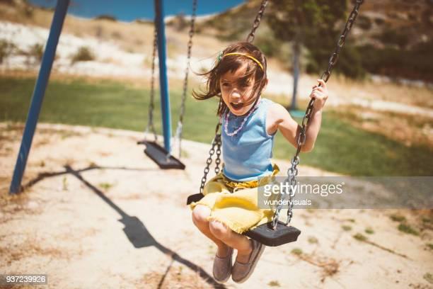 joyeuse petite fille asiatique sur les balançoires dans le parc - jolie fille photos et images de collection