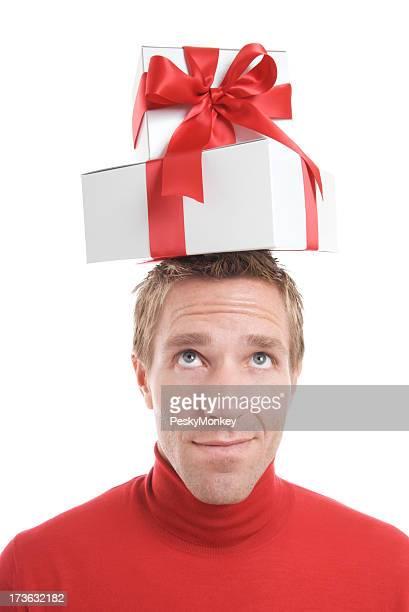 Fröhlich Mann bringt Geschenke auf Kopf mit Lächeln weiß Hintergrund