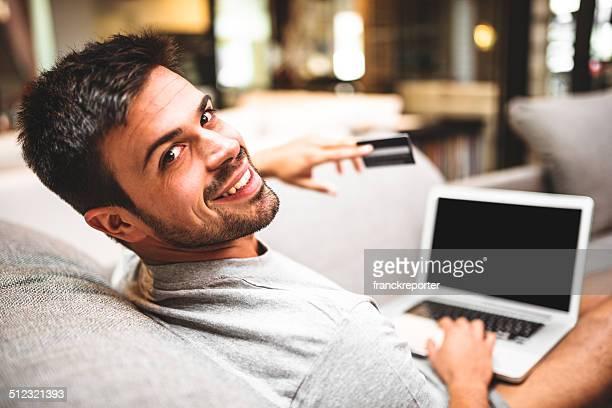 Fröhlich Mann, die online-shopping auf der Couch