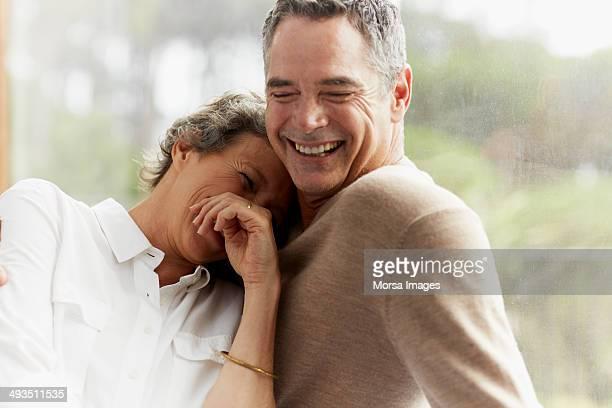 cheerful mature couple at home - 50 54 jaar stockfoto's en -beelden