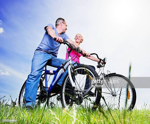 Fröhlich Älteres Paar Reiten Fahrräder im park