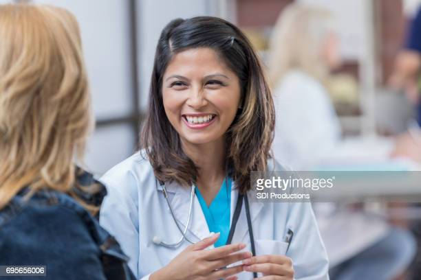 メスの患者で大人のアジア女性医師半ば陽気です