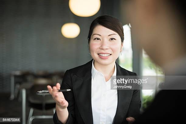 朗らかミッドアダルト女性実業家にお仕事仲間との会話